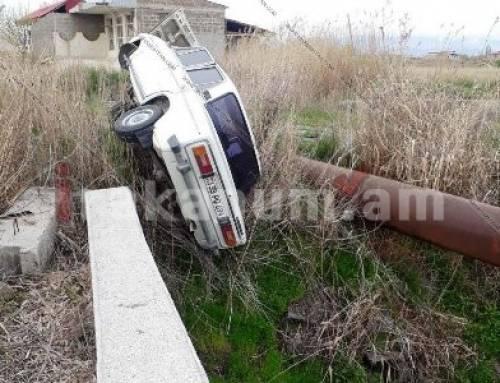 Արարատում. «ՎԱԶ-2106»-ը բախվել է բետոնե պատնեշին եւ շրջված հայտնվել դաշտում. կա վիրավոր