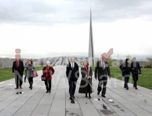 ԱՄՆ կոնգրեսականները ծաղիկներ են դրել Հայոց ցեղասպանության զոհերի հուշարձանին