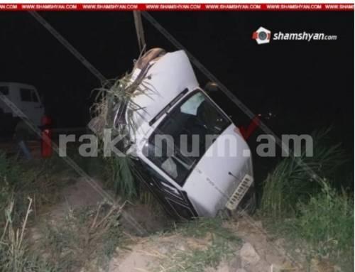 Արարատի մարզում Mercedes Benz Sprinter-ը բախվել է արգելապատնեշին եւ կողաշրջված հայտնվել ջրատարում. կա վիրավոր