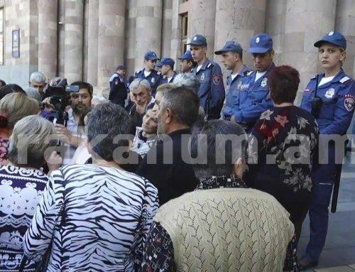 Կառավարության դիմաց բախում տեղի ունեցավ քաղաքացիներից մեկի ու ոստիկանների միջև