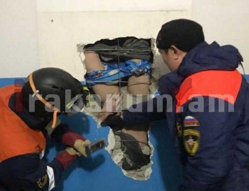 Ռուսաստանում փրկարարները դուրս են բերել պատի մեջ հայտնված տղամարդուն