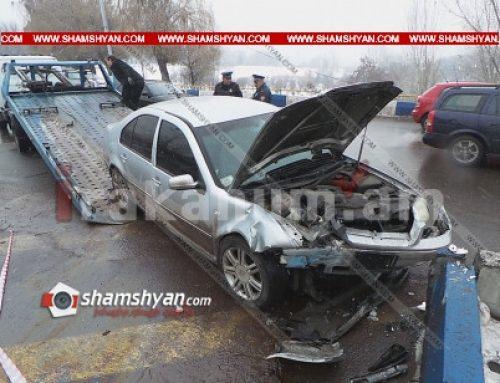 Ավտովթար Երևանում. Volkswagen-ը բախվել է կամրջի բետոնե արգելապատնեշին. կա վիրավոր