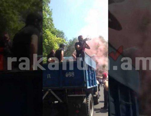 ԿԲ-ի դիմաց ակցիա է. քաղաքացիները բեռնատարից ճայթուկներ են նետում (տեսանյութ)