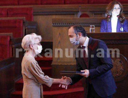 Էդուարդ Աղաջանյանը վարչապետի շնորհակալագրեր է հանձնել բուժաշխատողներին