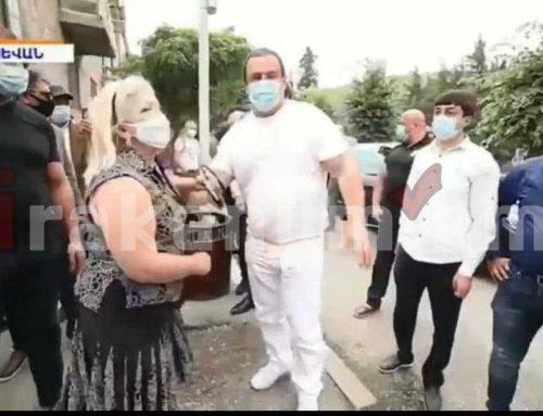 Գագիկ Ծառուկյանը երբ եղել է ժողովրդի մեջ, կրել է դիմակ և միայն ամբիոնից ելույթ ունենալիս է դիմակը հանել. տեսանյութ
