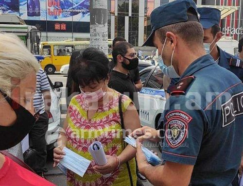 Դատարանի բակում ոստիկանները դիմակ են բաժանում ցուցարարներին