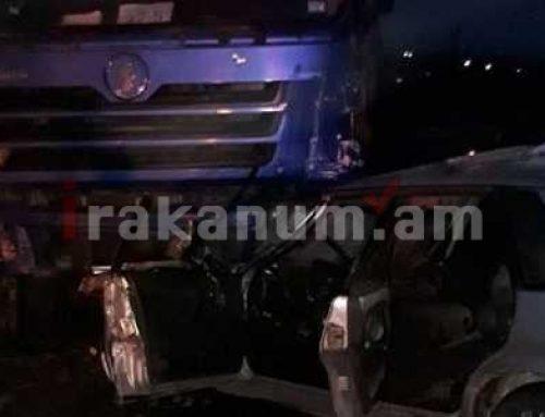 Երեւան-Գյումրի ճանապարհին բախվել են «SHACMAN» բեռնատարն ու «ՎԱԶ-21015»-ը. վերջինիս վարորդն արգելափակվել է ավտոմեքենայում