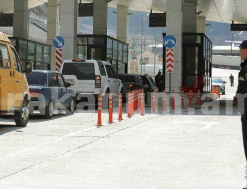 Շտապօգնության մեքենաներով բարձված բեռնատարը հատել է անցակետը ու շարժվում է դեպի Հայաստան