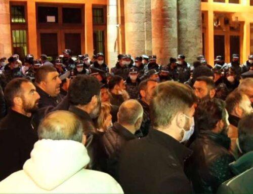 Կառավարության շենքի դիմաց բողոքի ակցիա իրականացնող ծնողներից 10-ը հրավիրվեցին վարչապետի հետ հանդիպման