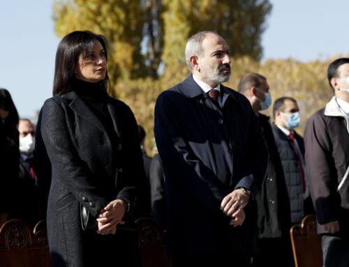 Վարչապետը տիկնոջ հետ ներկա է գտնվել պատերազմում զոհված հերոսների հիշատակի արարողությանը