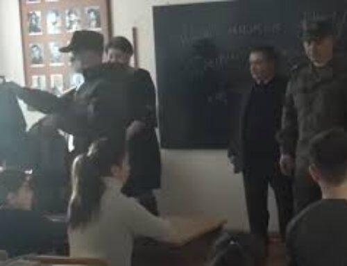 Ռուս խաղաղապահները նվերներ են բաժանում ստեփանակերտցի դպրոցականներին