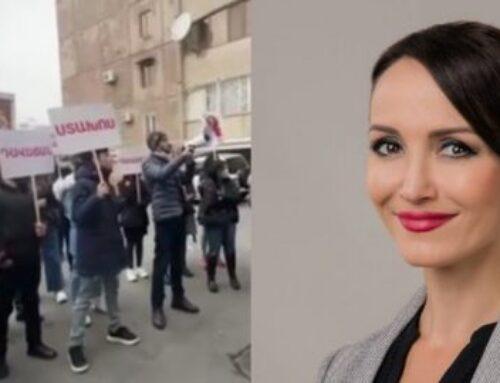 Լուսինե Բադալյանի մայրը պատուհանից եռման ջուր է լցրել նրա հրաժարականը պահանջողների վրա