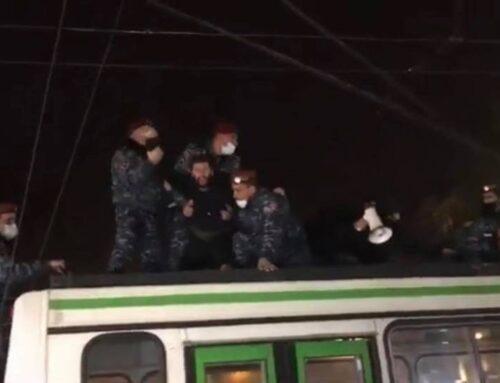 Տրոլեյբուսի վրա բարձրացած քաղաքացիներին ոստիկանները պարզապես ցած են նետում