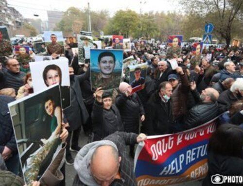 «Ժողովուրդ». Անհետ կորած զինվորների, գերիների ծնողներին վարչապետի որոշ թիմակիցներ ուղղորդել են Արցախ