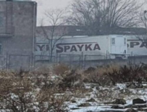Մեծամորի դիահերձարանի մոտ կայանված են «Սպայկայի» շարժական սառնարաններ, որոնցում պահվում են զինծառայողների աճյուններ