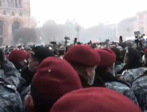 Քաղաքացիները փորձում են մտնել կառավարության շենք. Ոստիկանների եւ նրանց միջեւ քաշքշուկ սկսվեց (ուղիղ)