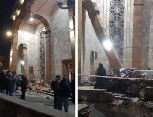 ՖՈՏՈ. Սարսափելի վթար Երևանում. Mercedes-ը տապալել է «Կինո Հայրենիքի» հսկայական սյունը. վարորդը հիվանդանոցի ճանապարհին մահացել է