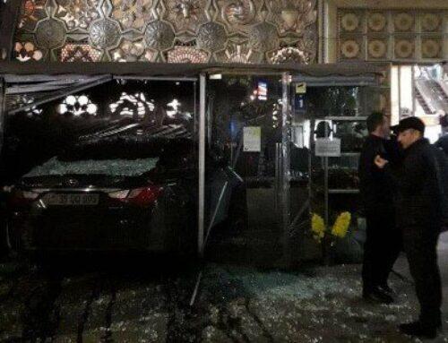 Փակ շուկայի մոտ «Hyundai Sonata» մակնիշի ավտոմեքենան դուրս է եկել ճանապարհի երթևեկելի հատվածից և մխրճվել ծաղկի սրահի մեջ