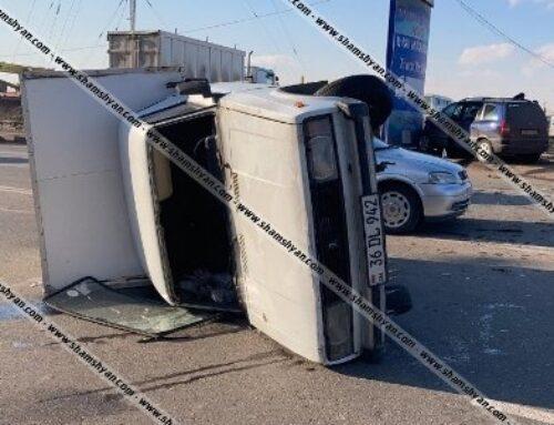 Թբիլիսյան խճուղում բախվել են Opel Zafira-ն ու ВАЗ 2345-ը. վերջինս կողաշրջվել է, Opel-ն էլ բախվել վահանակին