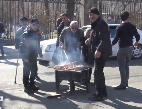 Քաղաքացիները խորոված են պատրաստում Բաղրամյան պողոտայում