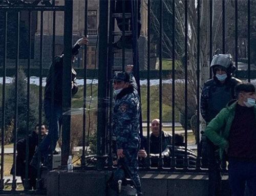 Նիկոլ Փաշինյանի այցից առաջ Ազգային ժողովի դարպասները զոդում են (Լուսանկարներ)