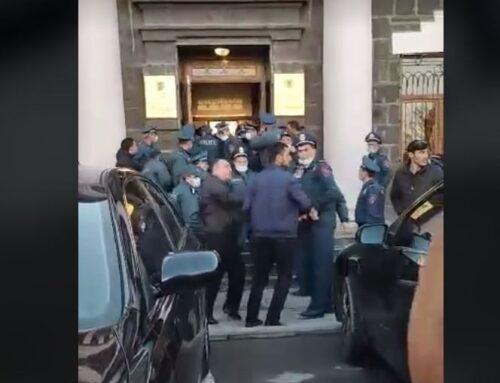 Իրավիճակը Շիրակի մարզպետարանում լարվել է. ոստիկանները փորձել են գերիների հարազատներին դուրս հանել՝ ուժ կիրառելով