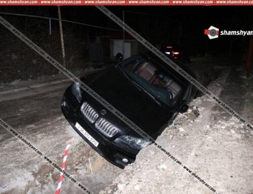Երևանում Mercedes-ի վարորդը վթարային իրավիճակ է ստեղծել, ինչի հետևանքով BMW X6-ը կողաշրջված հայտնվել է փոսում