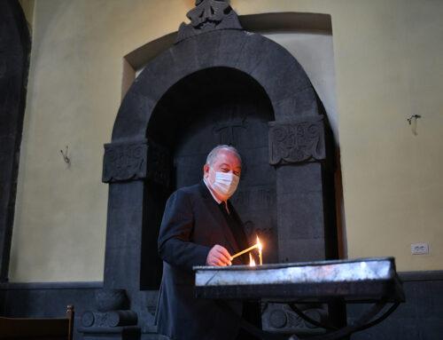 Նախագահը Սյունիքում մոմ է վառել հանուն հայրենիքի կյանքը զոհաբերածների հիշատակի համար