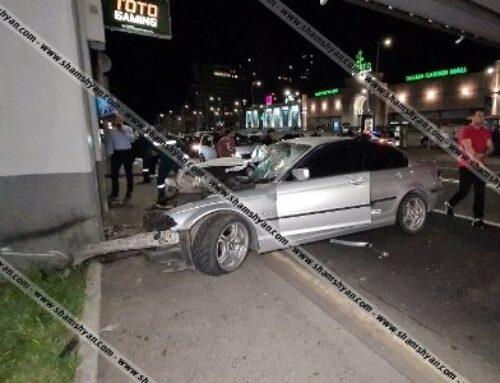 «Դալմա Գարդեն Մոլ»-ի դիմաց BMW-ն բախվել է վերգետնյա անցման հենասյուներին. Վիրավորներից մեկն դուրս են բերել փրկարարները