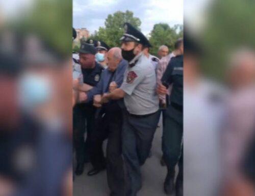 Ինչպես են ոստիկանները բերման ենթարկում Խոսրով Հարությունյանին (տեսանյութ)