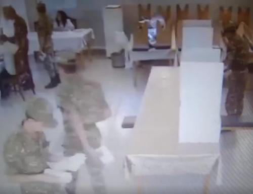 Զինվորները քվեախցից արդեն պատրաստի քվեաթերթիկը ծրարով վերցնում դուրս են գալիս