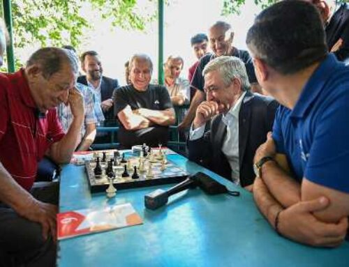 Սերժ Սարգսյանը Արաբկիր վարչական շրջանում քարոզարշավի ընթացքում շախմատ է խաղացել քաղաքացիների հետ
