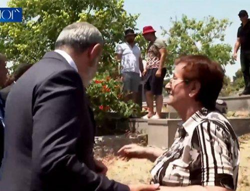 Էսի տղաս ա, զոհված ա, մեռնեմ կյանքիդ, շնորհակալ եմ. Եռաբլուրում զինվորի մայրը՝ Փաշինյանին (Տեսանյութ)