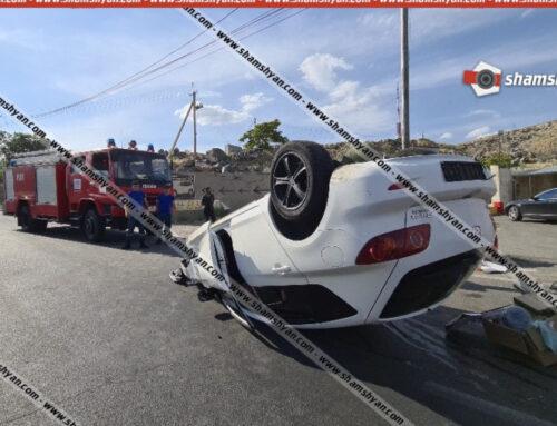 Խոշոր ավտովթար Երևանում, Mazda-ն CPS բենզալցակայանի մոտ բախվել է բետոնե պատվանդանին և գլխիվայր շրջվել. կա վիրավոր